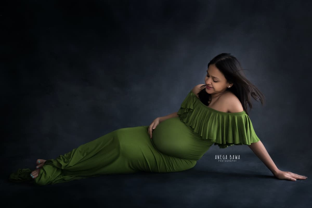 6dc961f3aba19 best pregnancy photography delhi gurgaon green outfit grey backdrop anega  bawa