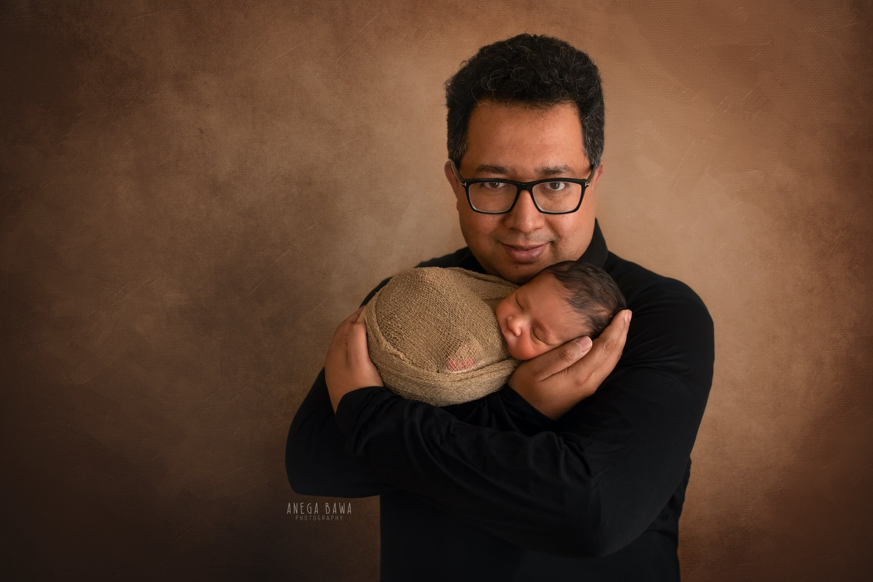 brown balck father and baby photography delhi 25 days newborn photoshoot gurgaon anega bawa