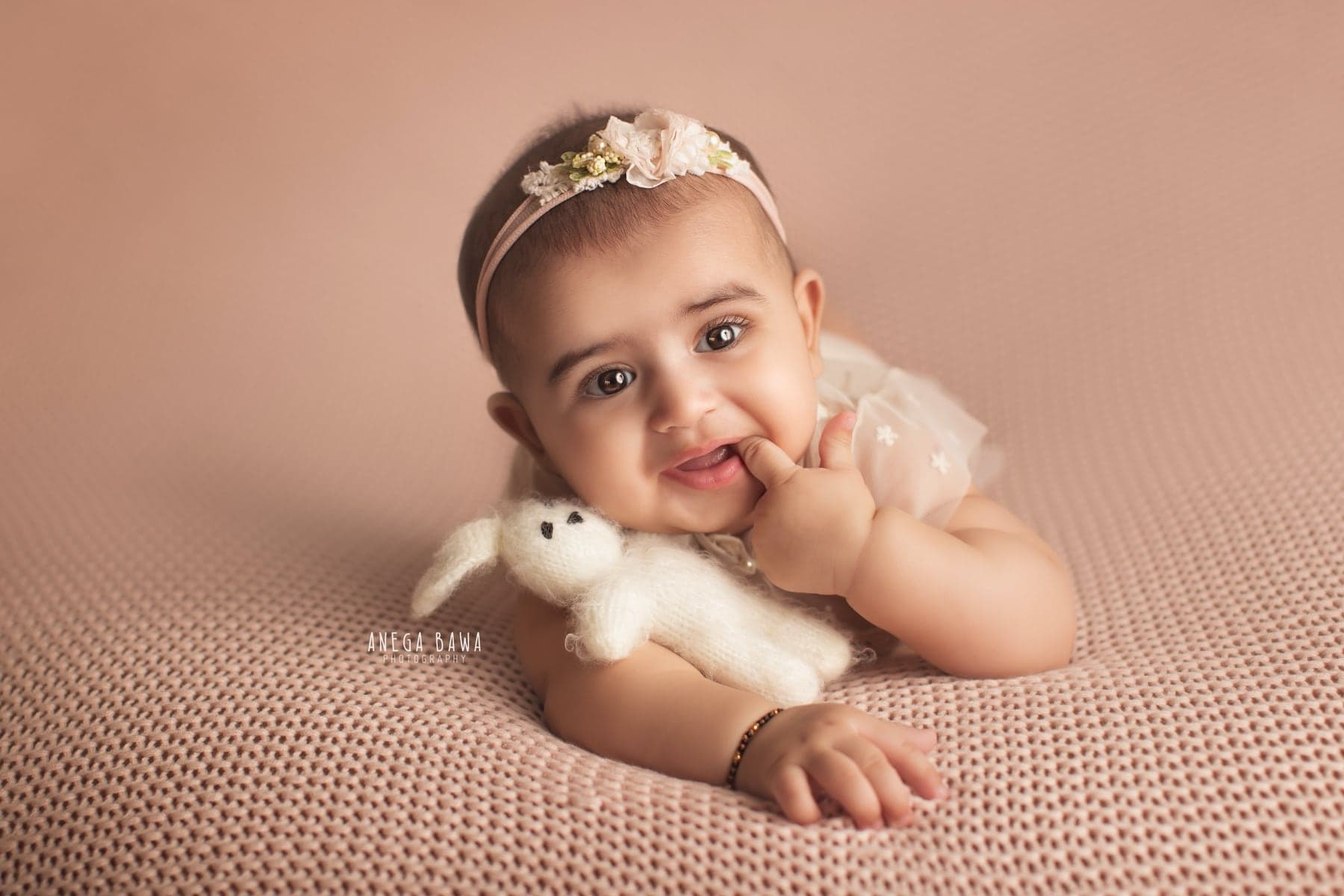 242106-beige-background-baby-photography-delhi-5-6-7-months-baby-photoshoot-gurgaon-anega-bawa