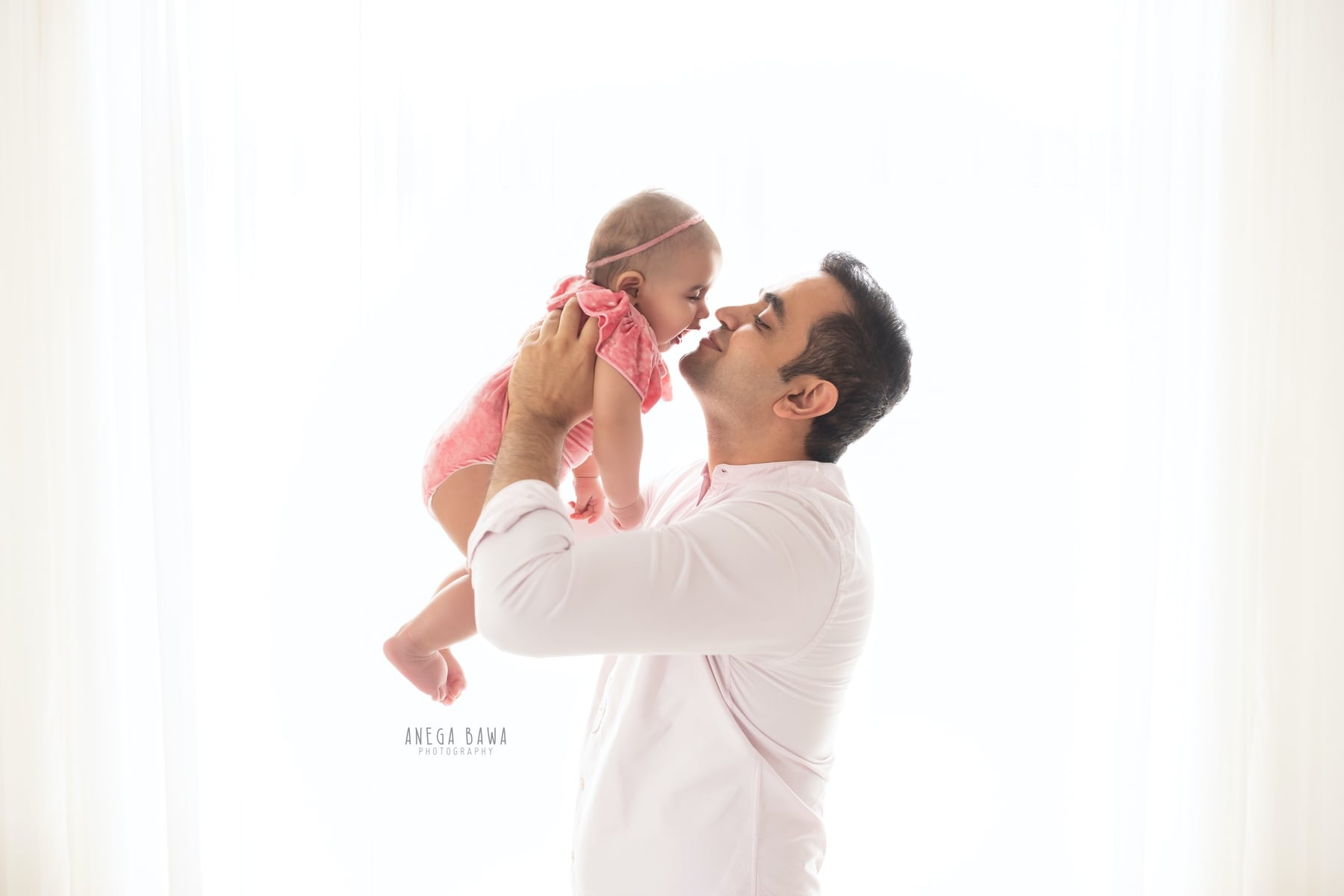 242109-white-background-pink-father-and-baby-photography-delhi-5-6-7-months-baby-photoshoot-gurgaon-anega-bawa