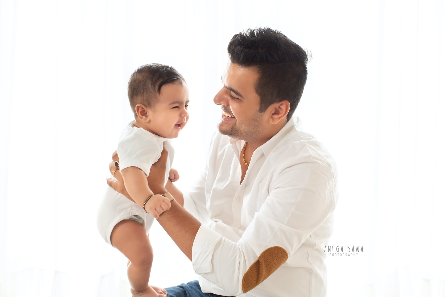 244708-white-background-father-and-baby-photography-delhi-5-6-7-months-baby-photoshoot-gurgaon-anega-bawa