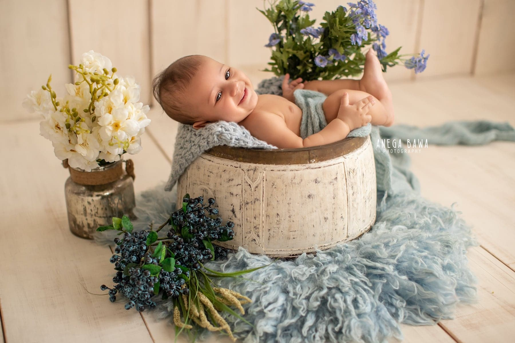 245601-white-wooden-background-blue-floral-baby-photography-delhi-4-5-6-7-months-baby-photoshoot-gurgaon-anega-bawa