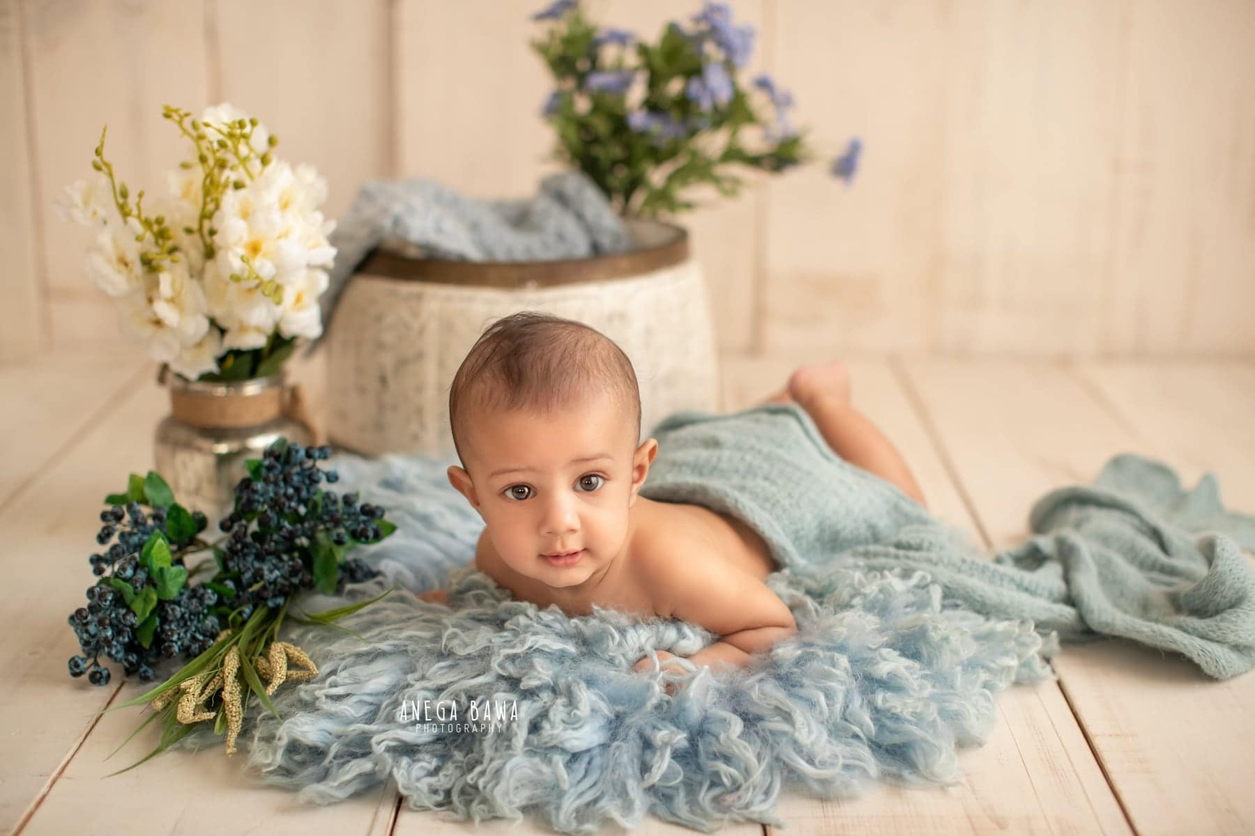 245602-white-wooden-background-blue-floral-baby-photography-delhi-4-5-6-7-months-baby-photoshoot-gurgaon-anega-bawa