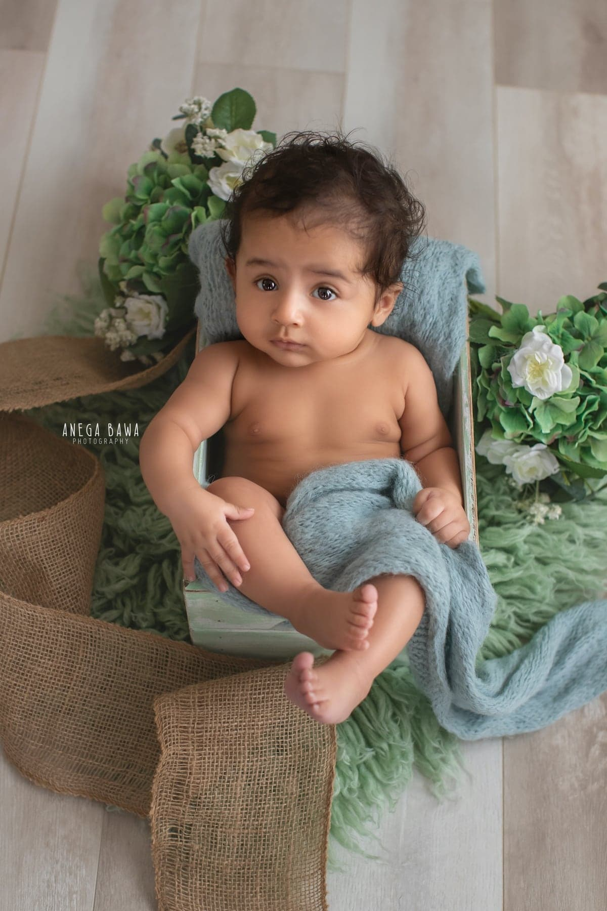 245603-white-wooden-background-green-floral-baby-photography-delhi-5-6-7-months-baby-photoshoot-gurgaon-anega-bawa