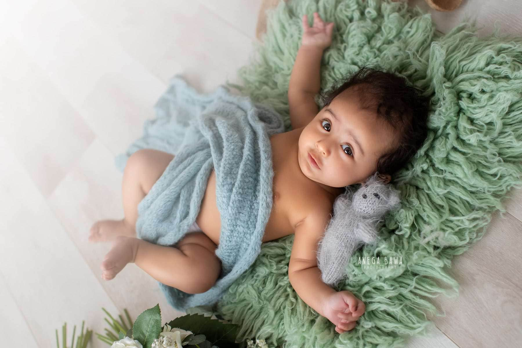 white-wooden-background-green-baby-photography-delhi-5-6-7-months-baby-photoshoot-gurgaon-anega-bawa