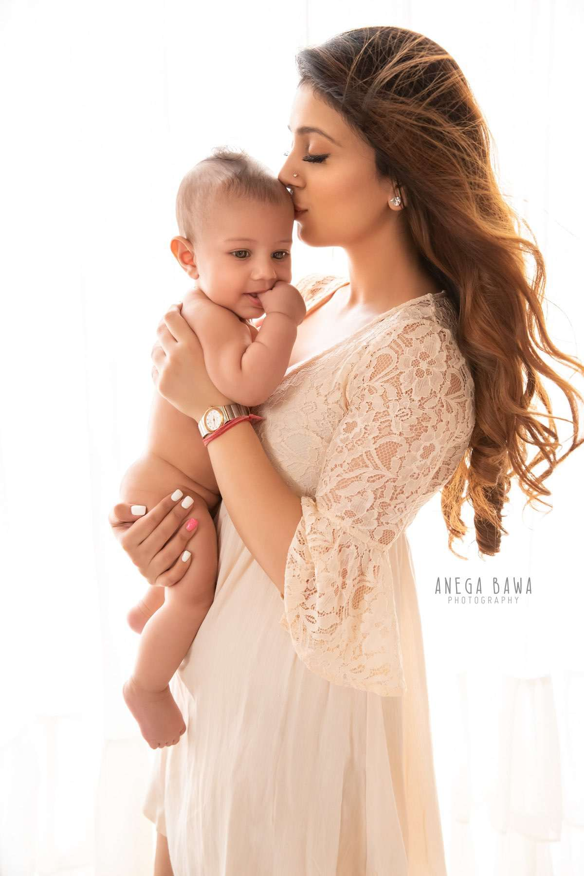 245606-white-background-mother-and-baby-photography-delhi-4-5-6-7-months-baby-photoshoot-gurgaon-anega-bawa