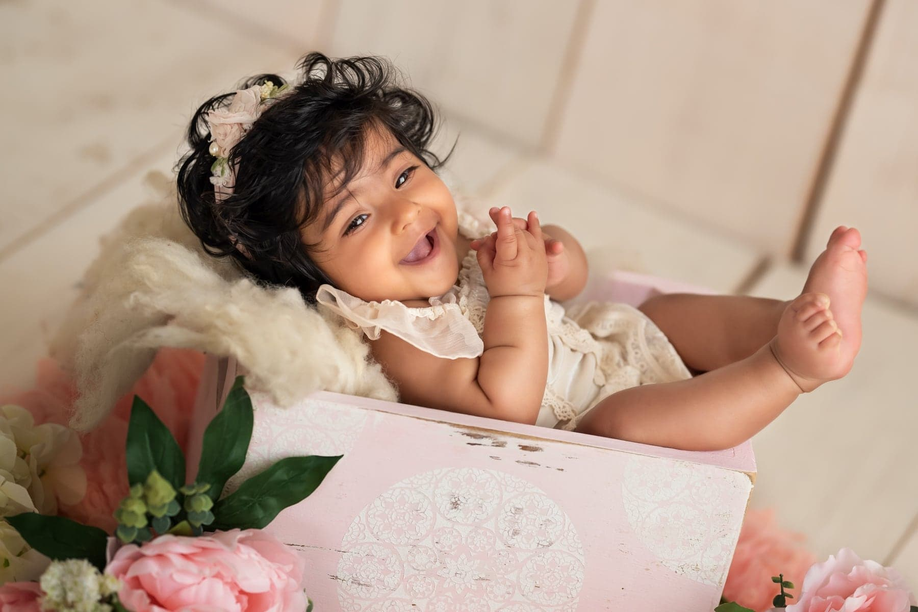 40901-white-wooden-background-baby-photography-delhi-4-5-6-months-baby-girl-photoshoot-gurgaon-anega-bawa
