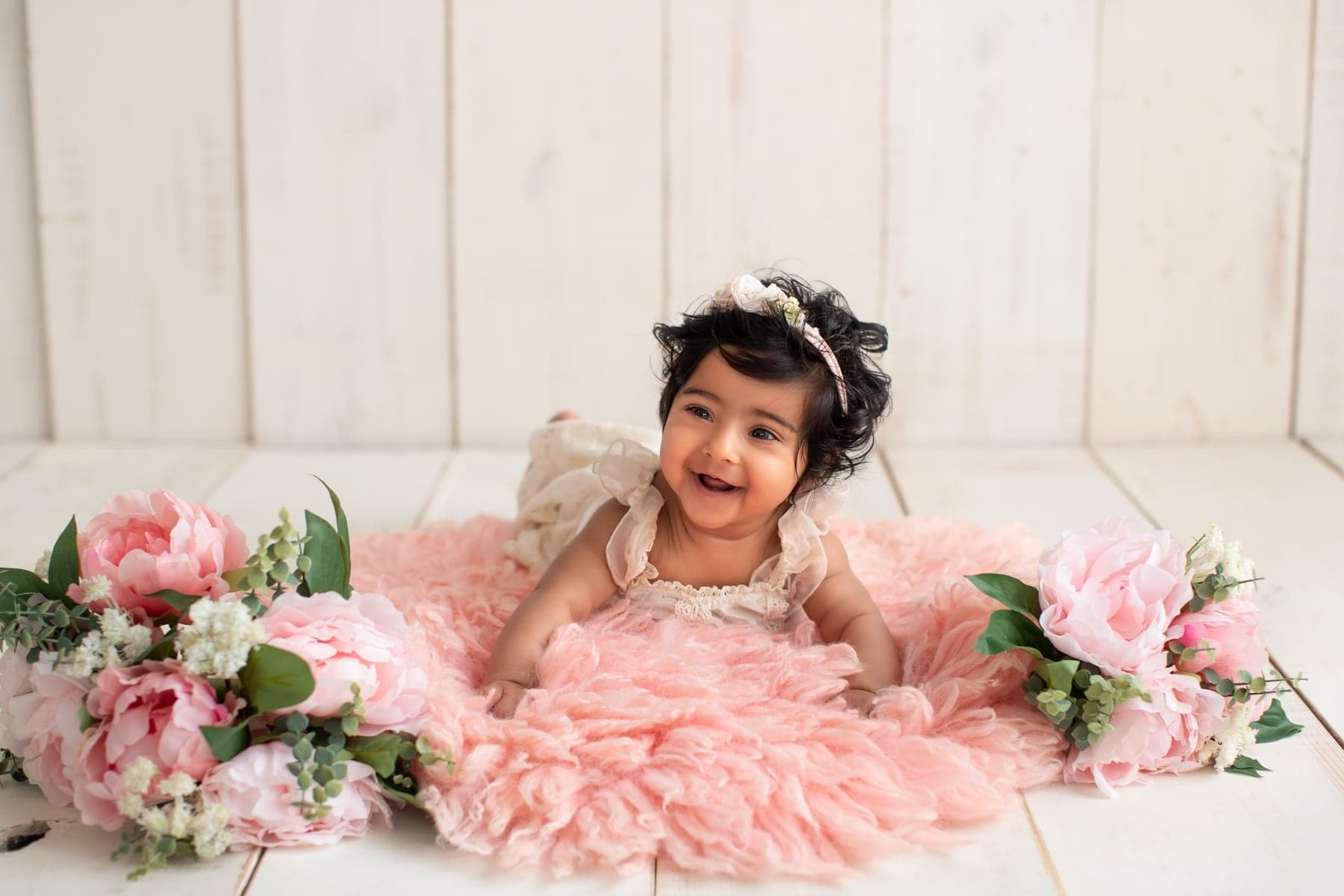 40904-white-wooden-background-pink-floral-baby-photography-delhi-4-5-6-months-baby-girl-photoshoot-gurgaon-anega-bawa