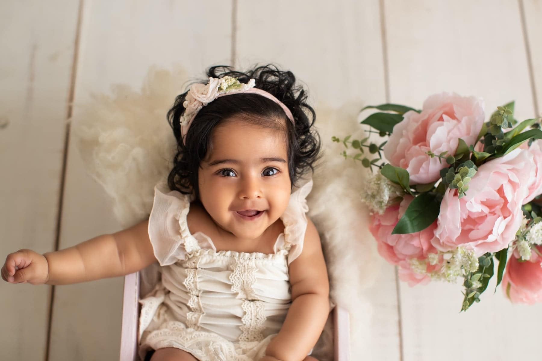 40906-white-wooden-background-pink-floral-baby-photography-delhi-4-5-6-months-baby-girl-photoshoot-gurgaon-anega-bawa