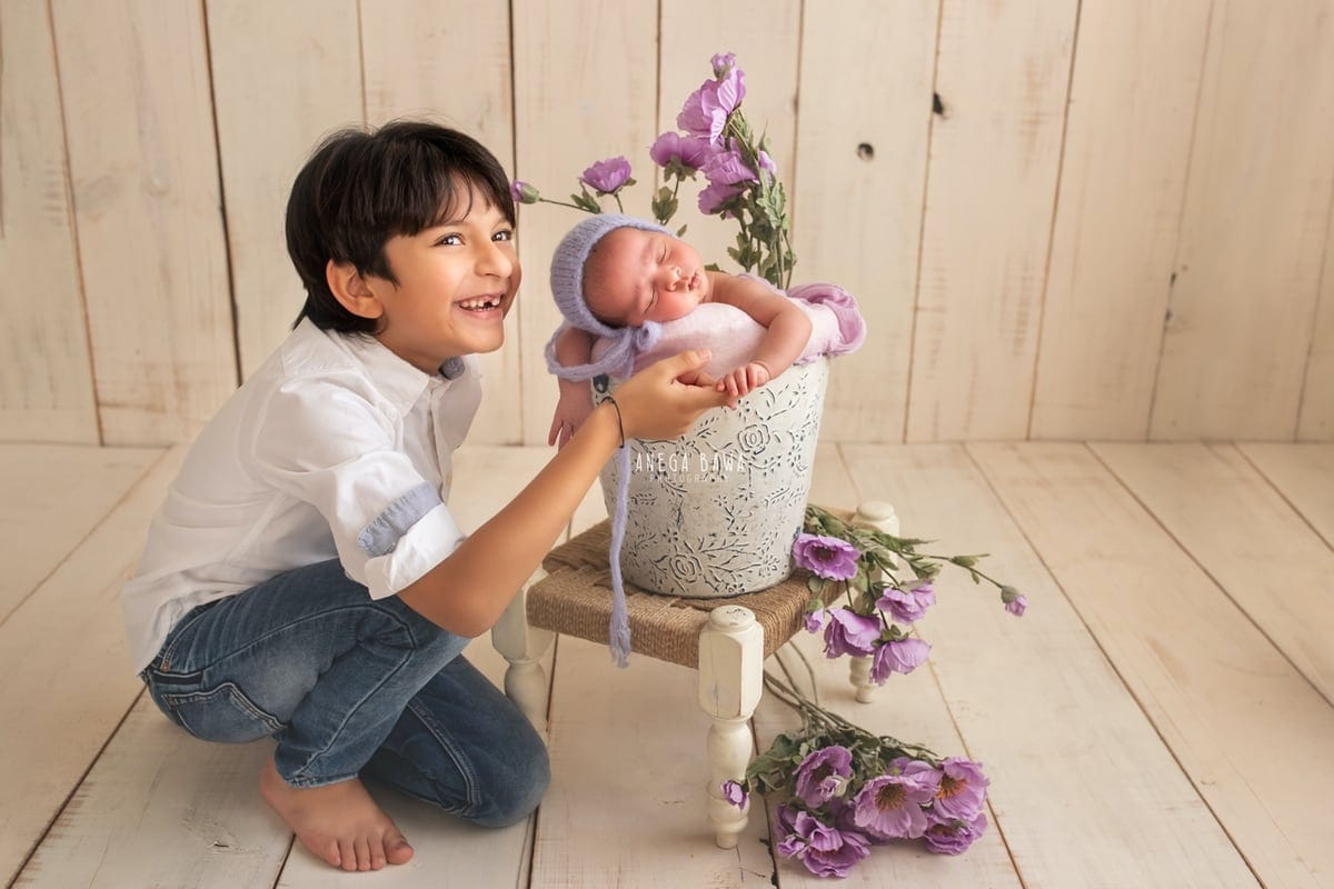 248603-light-wooden-background-purple-floral-lavender-brother-and-newborn-photography-delhi-20-days-baby-boy-photoshoot-gurgaon-anega-bawa