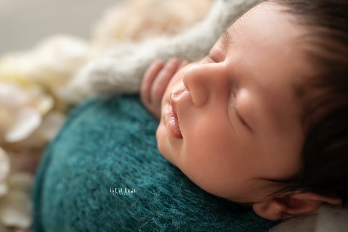 249605-grey-background-pink-white-floral-wooden-blue-wrap-newborn-photography-delhi-21-days-baby-boy-photoshoot-gurgaon-anega-bawa