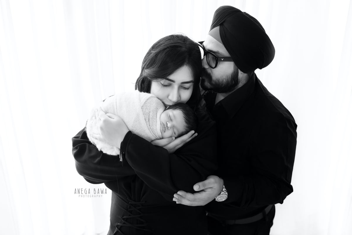 249608-white-background-black-and-white-family-newborn-photography-delhi-21-days-baby-boy-photoshoot-gurgaon-anega-bawa
