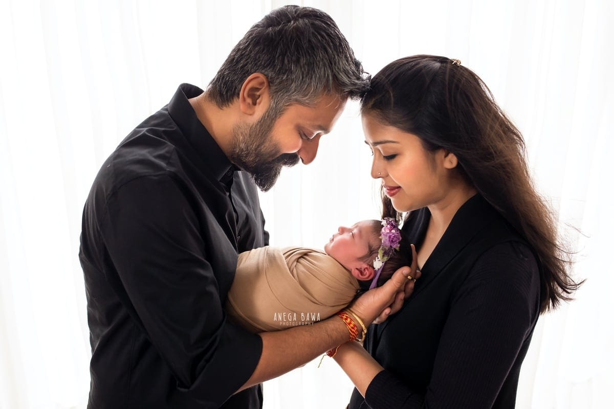 249707-white-background-black-brown-wrap-family-newborn-photography-delhi-14-days-baby-photoshoot-gurgaon-anega-bawa